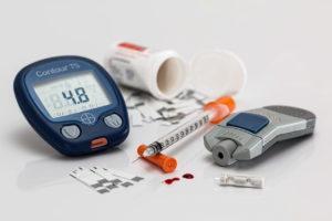 Insulin Insulinspritze Blutzuckermessgerät im Handgepäck